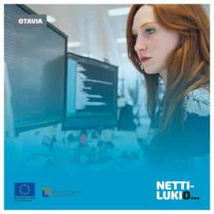 Kuvituskuva, jossa punahiuksinen nainen koodaa kahden tietokonenäytön edess. Kuvassa logot Otavia, Euroopan sosiaalirahasto, ELY-keskus ja Nettilukio